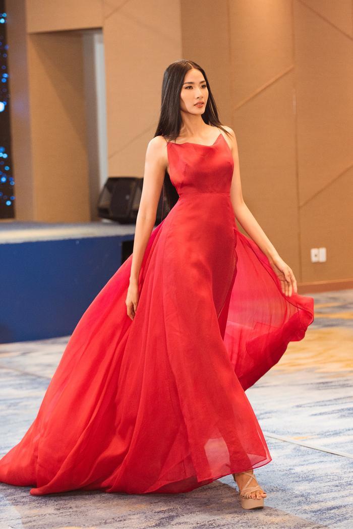 Trừ tóc xoăn, Hoàng Thùy đẹp chuẩn Miss Universe với tóc duỗi thẳng thần thái  tóc búi kiêu kỳ ảnh 3