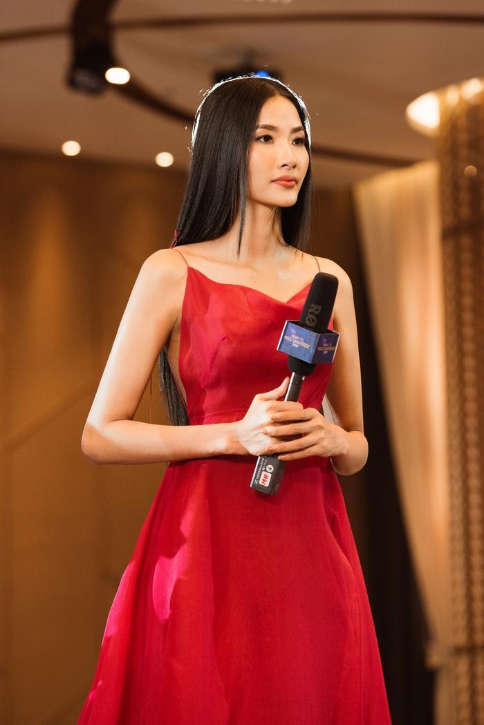 Trừ tóc xoăn, Hoàng Thùy đẹp chuẩn Miss Universe với tóc duỗi thẳng thần thái  tóc búi kiêu kỳ ảnh 2