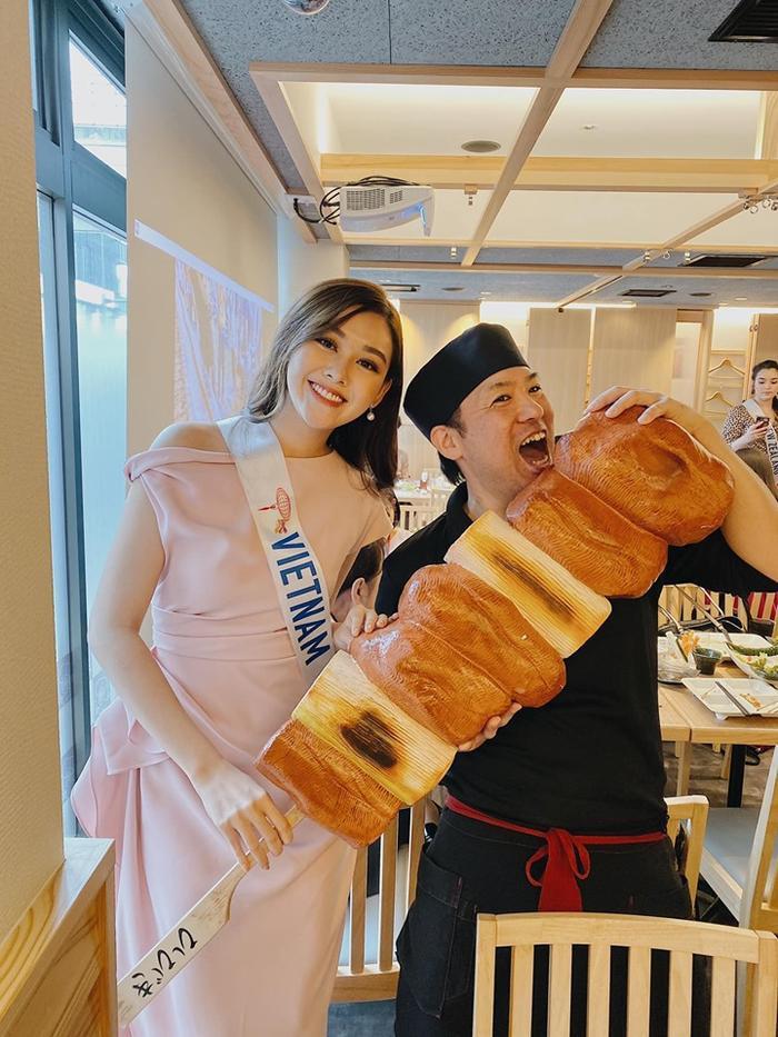 Tường San chụp ảnh cùng fan là đồng hương đang làm việc tại Nhật Bản.