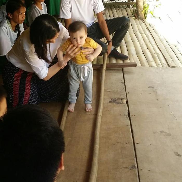 Marian Rivera giúp con trai Ziggy nhảy Tinikling, một điệu múa dân gian của Philippines
