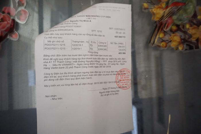 Hoá đơn thanh toán tiền điện được dán trước cửa những gia đình đã di chuyển đi.