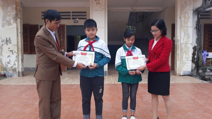Khen thưởng hai học sinh trả lại tiền
