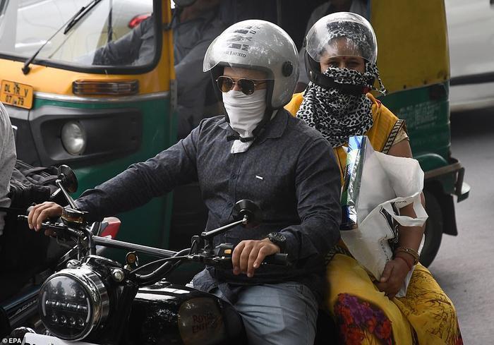 Cả đàn ông và phụ nữ đều che mặt kín mít khi đi ra đường. Ảnh chụp ngày 2/11.
