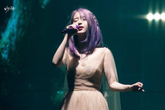 Trông nữ ca sĩ chẳng khác gì như một tiên tử thật sự trên sân khấu