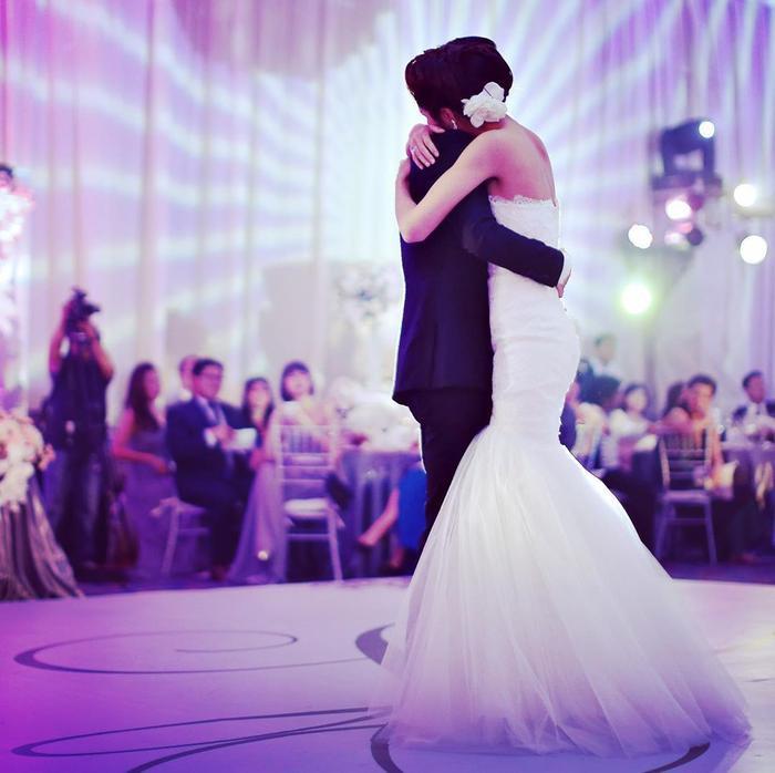 Khoảnh khắc nàng ngọc nữ ôm chặt chồng trong chiếc váy cưới lộng lẫy khiến không ít người 'lịm tim' vì quá đỗi ngọt ngào