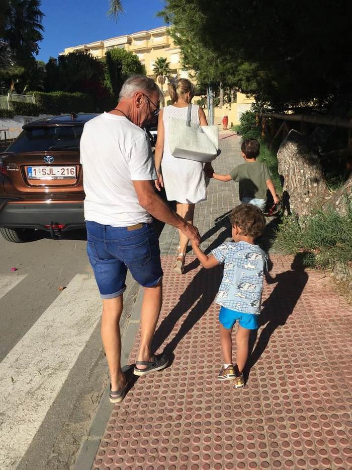 Lò Thị Mai dành thời gian bên con và bố mẹ chồng