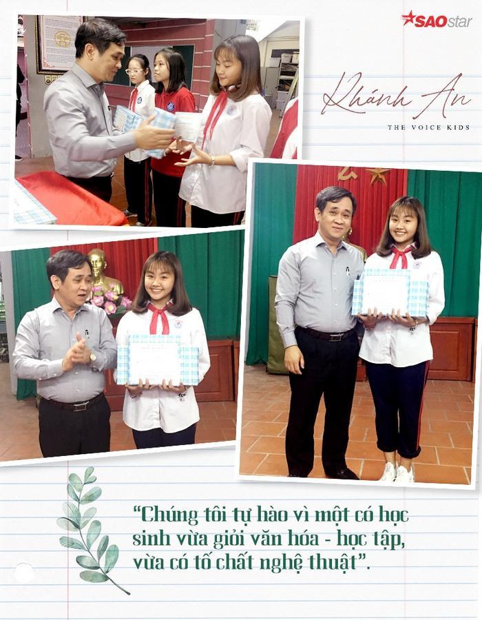 Khánh An được thầy hiệu trưởng trao tặng học bổng cho học sinh xuất sắc của tháng.
