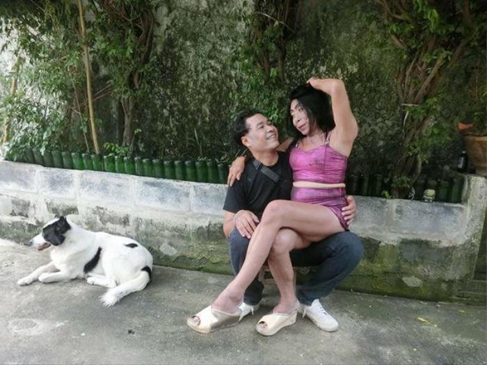 Khoảnh khắc ôm hôn gấy sốt trên mạng xã hội Thái Lan