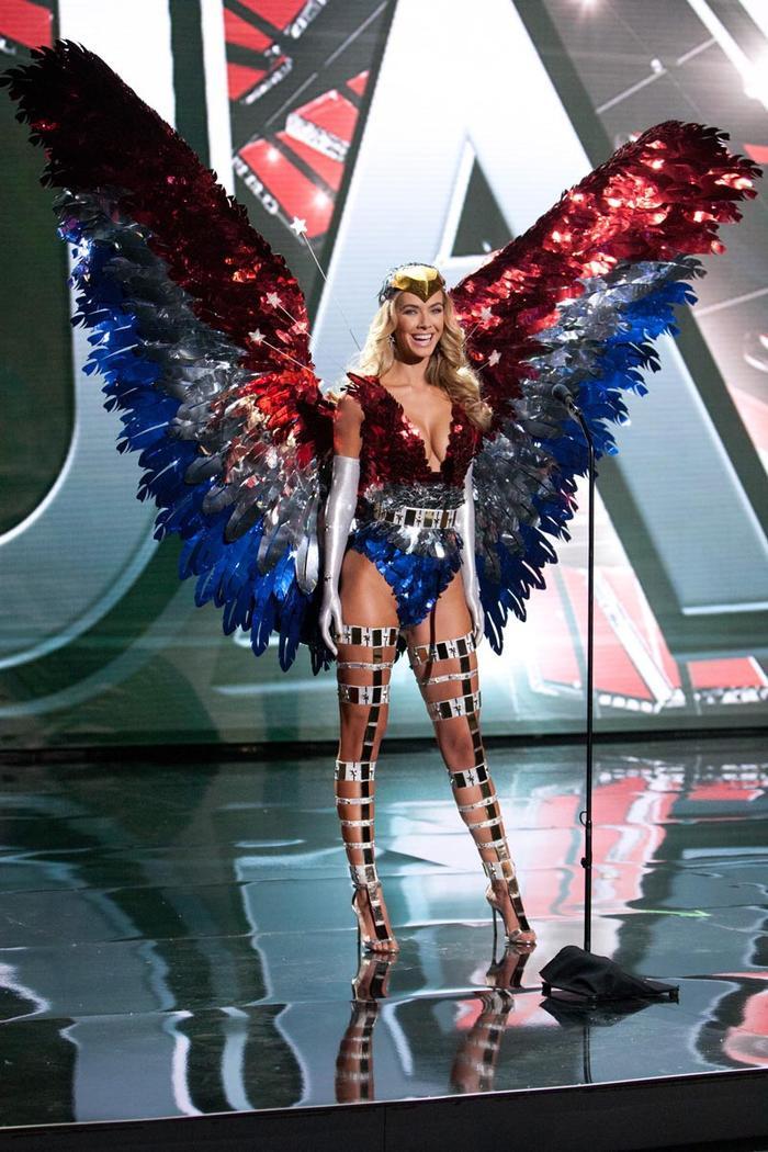 Hoa hậu Mỹ cũng mang cả cánh Đại bàng lên sân khấu Miss Universe 2015.