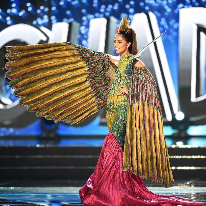 Hoa hậu Ecuador như một loài thiên điểu trên sân khấu Miss Universe 2016.