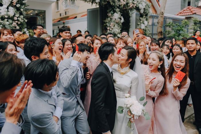 Khoảnh khắc xúc động: Mỹ Tâm gửi hoa chúc mừng  đám cưới, Đông Nhi bẽn lẽn chờ chú rể Ông Cao Thắng đến rước dâu ảnh 8
