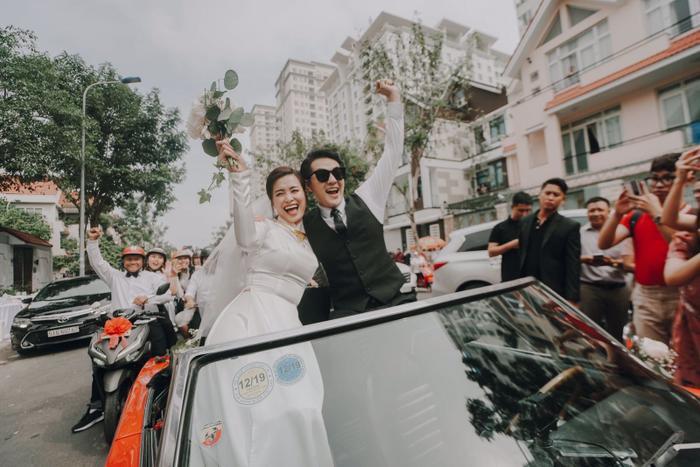 Khoảnh khắc xúc động: Mỹ Tâm gửi hoa chúc mừng  đám cưới, Đông Nhi bẽn lẽn chờ chú rể Ông Cao Thắng đến rước dâu ảnh 1
