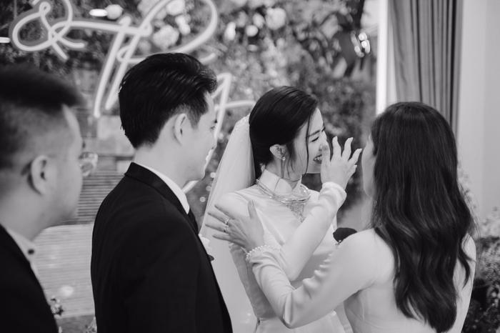 Khoảnh khắc xúc động: Mỹ Tâm gửi hoa chúc mừng  đám cưới, Đông Nhi bẽn lẽn chờ chú rể Ông Cao Thắng đến rước dâu ảnh 6