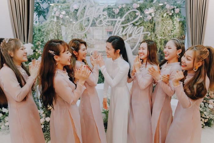 Khoảnh khắc xúc động: Mỹ Tâm gửi hoa chúc mừng  đám cưới, Đông Nhi bẽn lẽn chờ chú rể Ông Cao Thắng đến rước dâu ảnh 12