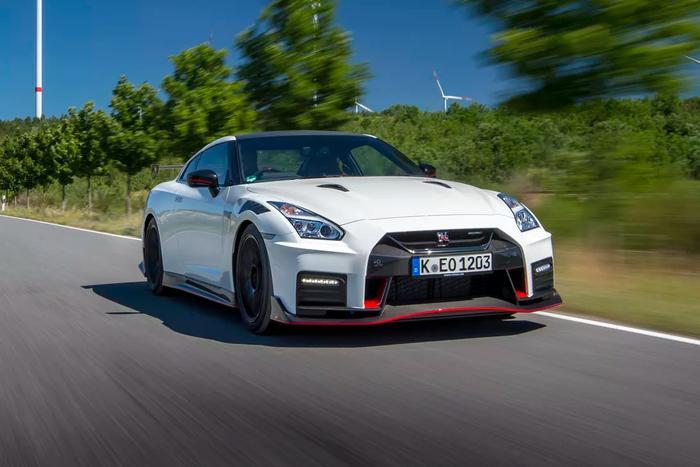 Đúng thứ 8 là siêu xe thể thao Nissan GT-R với tỷ lệ mất giá sau 5 năm sử dụng là 39,4%.