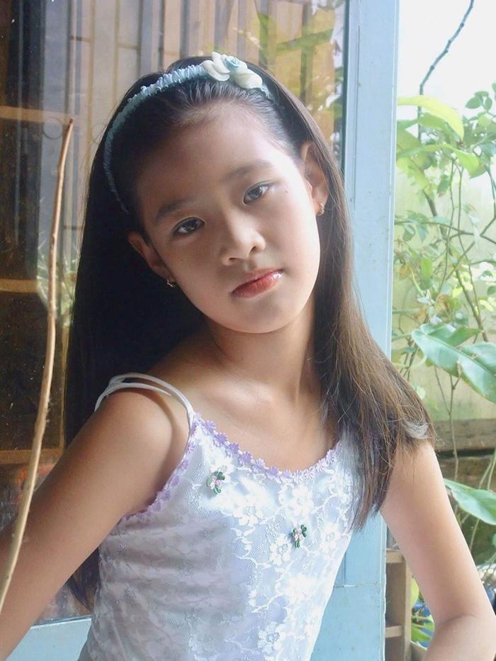 Ngay từ nhỏ, Khánh Vân đã là một cô bé duyên dáng, xinh xắn với đôi mắt to tròn cùng gương mặt bầu bĩnh.