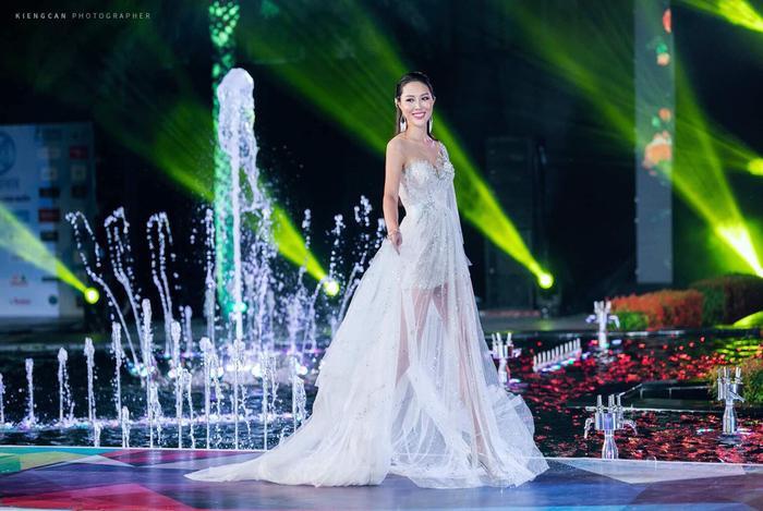 Hoa khôi Diệu ngọc, cô gái đến từ tp xinh đẹp Đà Nặng có chiều cao 1m81. Cô đại diện Việt Nam tham gia Miss World 2016.