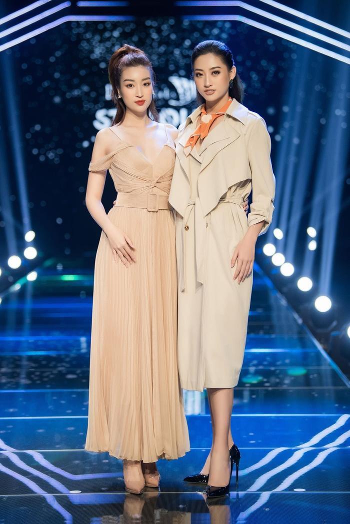 Đỗ Mỹ Linh có phần chới với khi đọ dáng với Lương Thùy Linh. Được biết, cựu Hoa hậu Việt Nam chỉ cao 1m71.