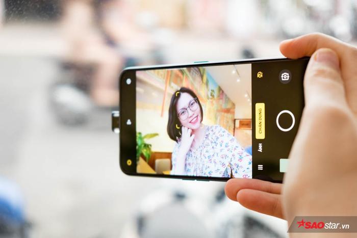 Phần camera này của OPPO Reno2 F còn được tích hợp đèn LED và có thể tuỳ chỉnh màu sắc theo sở thích người dùng.