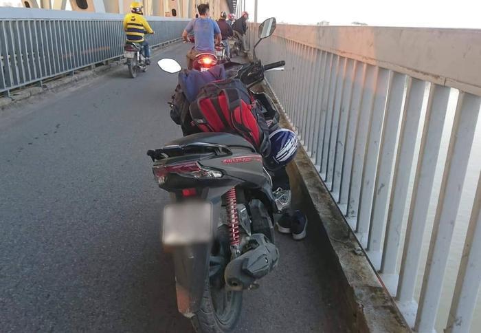 Chiếc xe máy cùng nhiều đồ đạc người đàn ông để lại tại hiện trường.