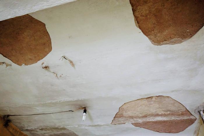 Khu hành lang nhiềumảng tường, trần bong tróc. Có khu vực dầm bong hết lớp bê tông bảo vệ để lộ lớp thép hoen rỉ, kết cấu không đảm bảo. Nhiều mảng vữa bong tróc, trơ cả khung dầm.