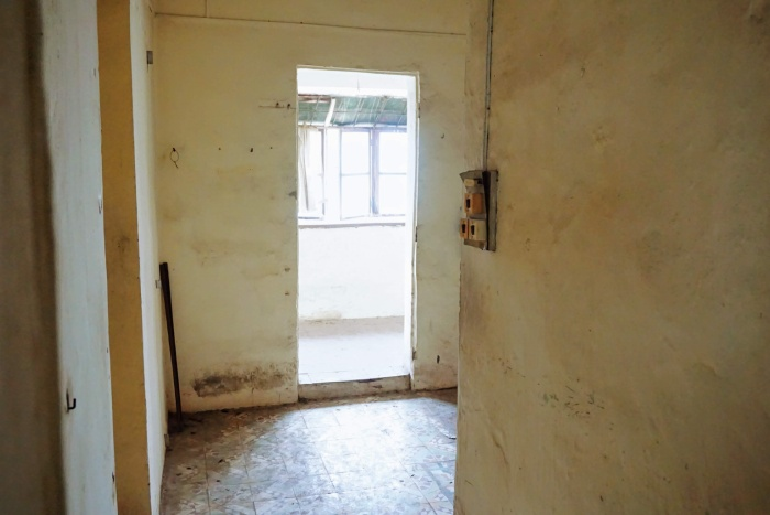 Bên trong một căn nhà đã được dọn đi nơi khác. Dễ dàng thấy được sự xuống cấp trầm trọng bên trong những căn hộ nơi đây.