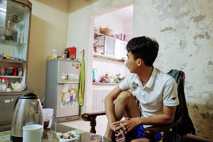 Là một trong những người sinh sống tại toà nhà, anh Cường (28 tuổi, ở Thanh Hoá) cho biết, anh thuê căn nhà rộng 80m2 này ở hơn 3 năm nay với giá 4,5 triệu đồng. Theo anh Cường những căn hộ xuống cấp, nứt toác thì người dân đều đã di chuyển đi nơi khác.