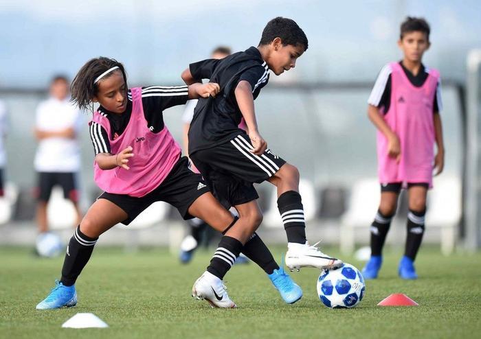 Con trai Ronaldo có lối chơi khá toàn diện.