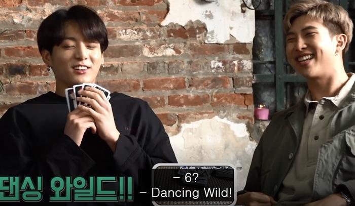 Người bốc được lá bàiDancing Wild Cards sẽ phải thực hiện vũ đạo theo yêu cầu.