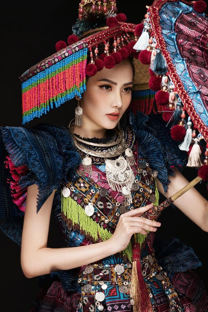 Tại Miss Tourism Queen International 2018, hoa hậu Diệu Linh đã chọn cho mình bộ cánh màu sắc, nổi bật mang âm hưởng từ người H'Mông.