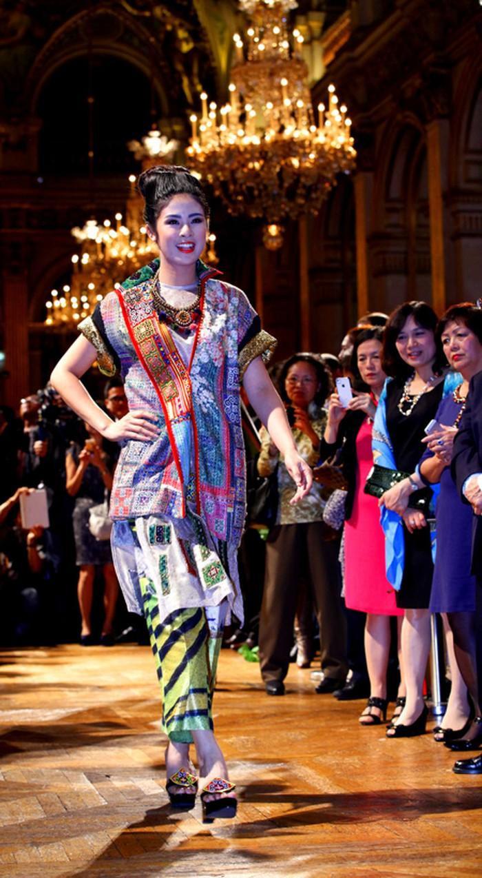 Đây là hình ảnh của chân dài khi đảm nhận vị trí người mẫu catwalk quan trọng trong một show thời trang mang tính chất ngoại giao quốc tế.