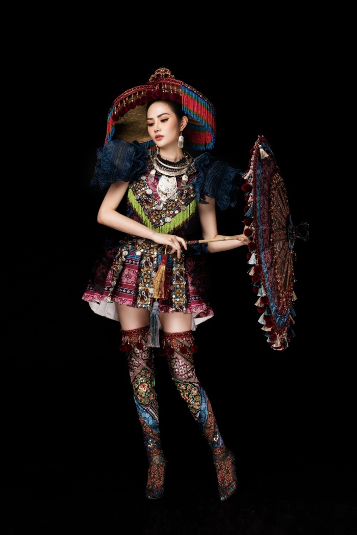 Ngoài váy áo, những món phụ kiện như boots, nón cùng dù cũng được đầu tư chỉn chu, cẩn thận từng tí một, nhằm tạo nên tổng thể hoàn hảo nhất.