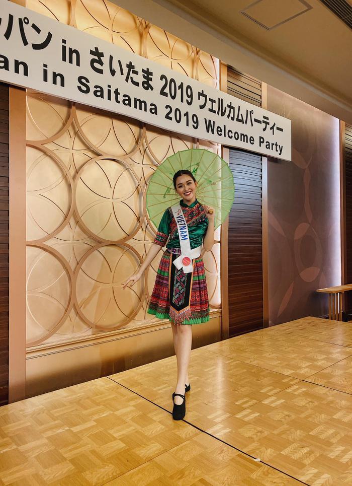 Mới đây, Tường San đã khiến khán giả thích thú khi diện trang phục thổ cẩm cực kỳ xinh yêu trong một buổi tiệc thuộc khuôn khổ cuộc thiMiss International.