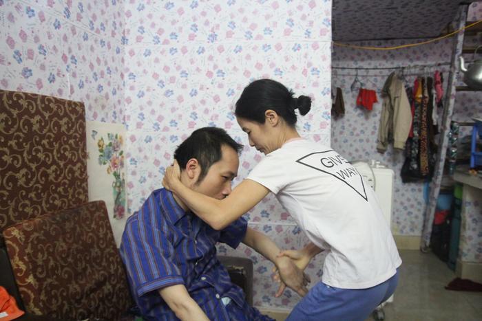 Suốt 10 năm qua có một người vợ vẫn luôn âm thầm chăm sóc chồng bị liệt toàn thân sau tai nạn giao thông.