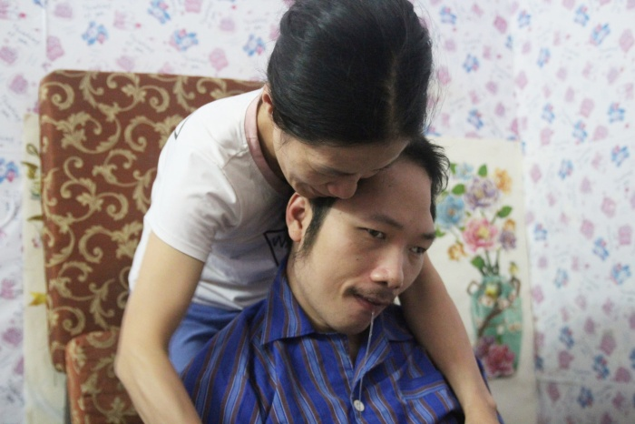 Dáng người nhỏ thó nặng hơn 30kg nhưng chị Trang luôn tất tả lo cho anh.