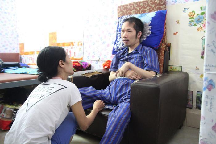 Người vợ dành cả thanh xuân suốt 10 năm chăm chồng bị liệt toàn thân: Tương lai tôi gắn với cuộc đời anh rồi ảnh 0
