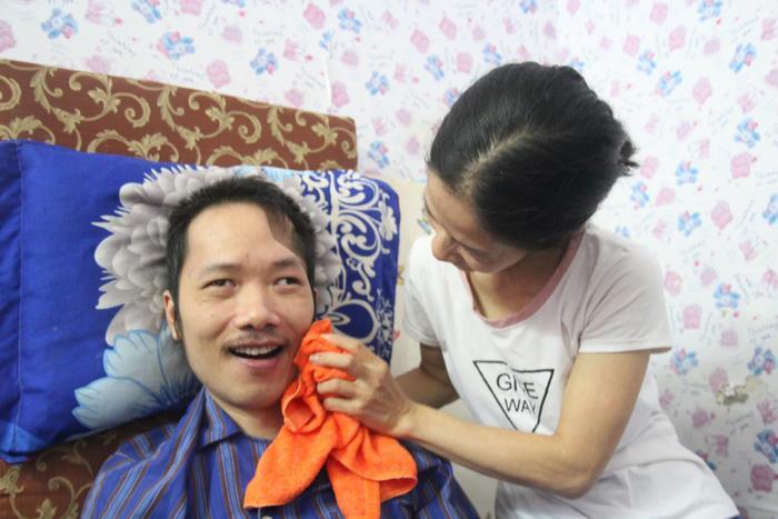 """Vừa lau mặt cho chồng chị Trang hỏi """"Anh có thương vợ không?"""", anh Trung cười rồi đáp """"Có""""."""