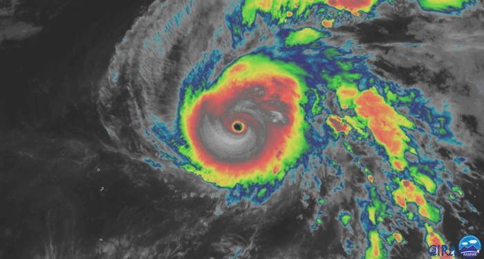 Siêu bão Hạ Long cấp 5 với mắt bão lớn có thể thấy được rõ ràng từ vệ tinh. Ảnh: RAMMB/NOAA/CIRA.
