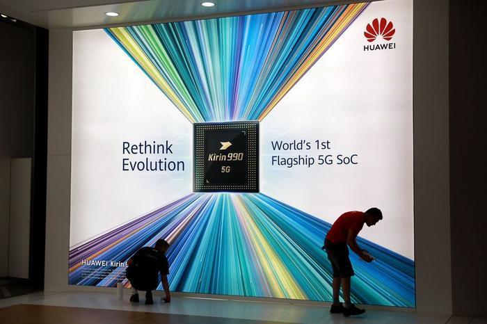 Biển quảng cáo con chip Kirin 990 5G của Huawei có tích hợp công nghệ 5G. (Ảnh: Bloomberg)