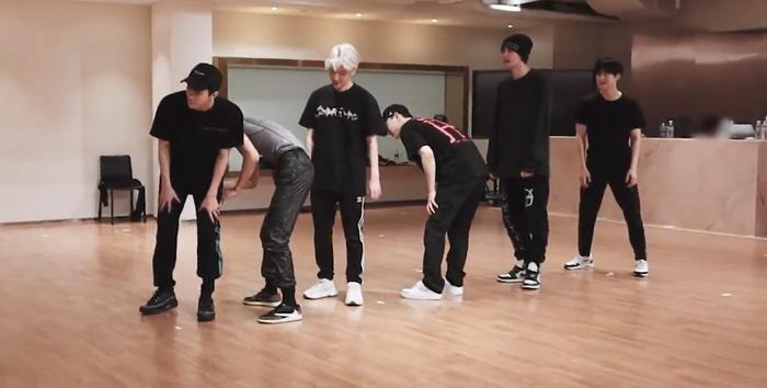 Nhóm EXO trong đội hình luyện tập.