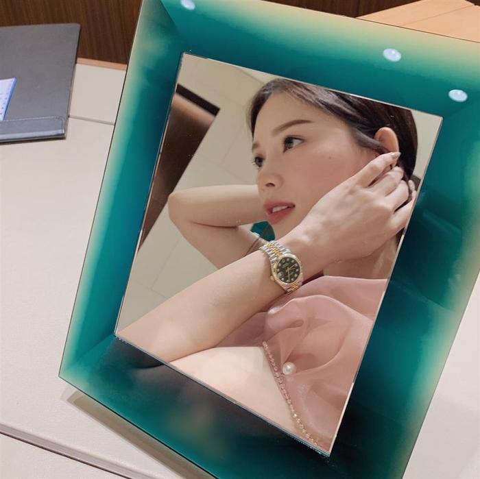 Linh Rin đã từng nhận món quà là một chiếc đồng hồ trị giá 300 triệu sau khi đi chọn 10 cửa hàng
