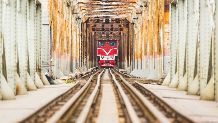 Hàng ngày, tàu hỏa vẫn chạy trên đường ray cầu Long Biên. Ảnh: CNN