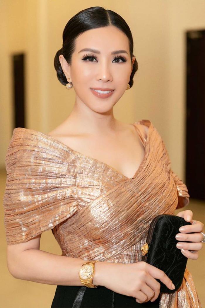 Hoa hậu Thu Hoài đeo nơ khổng lồ đi chấm thi sắc đẹp