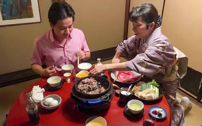 """Một số hình ảnh trong đoạn vlog gây tranh cãi""""Phụ nữ Nhật quỳ khóc xin cho cameraman được ăn - Khoa Pug gặp sự cố ở nhà hàng lẩu Geisha Kyoto""""."""