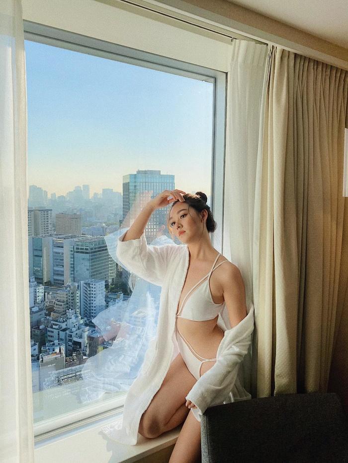 Theo đó, Tường San diện áo tắm một mảnh màu trắng có độ cắt khoét cực mạnh.