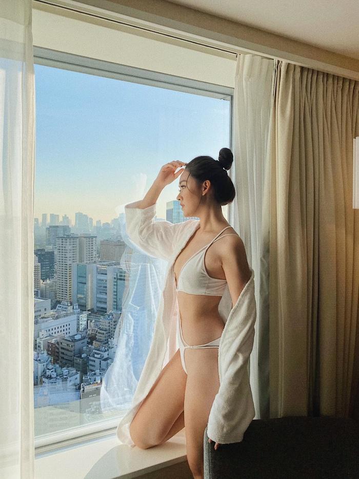Ngay sau đó fan nhanh chóng phát hiện kiểu áo tắm của Tường San trùng với kiểu áo từng được Siêu mẫu khả Trang diện trước đó.