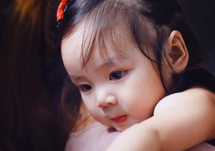 Có thể thấy con gái thứ hai của vợ chồng Hoài Lâm sở hữu nhiều nét xinh xắn từ cả bố và mẹ