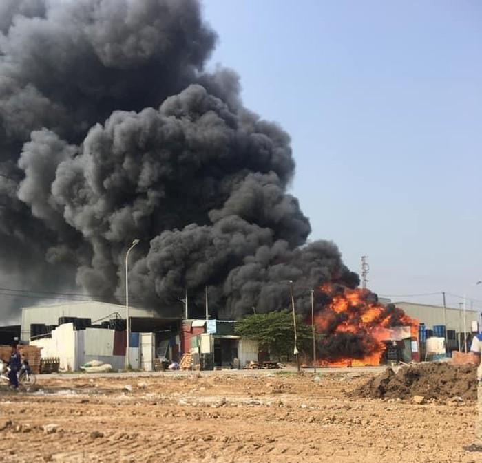 Cháy khu xưởng thu mua phế liệu rộng khoảng 600 m2 ở Bắc Ninh, thiêu rụi nhiều tài sản bên trong. Ảnh: Infonet