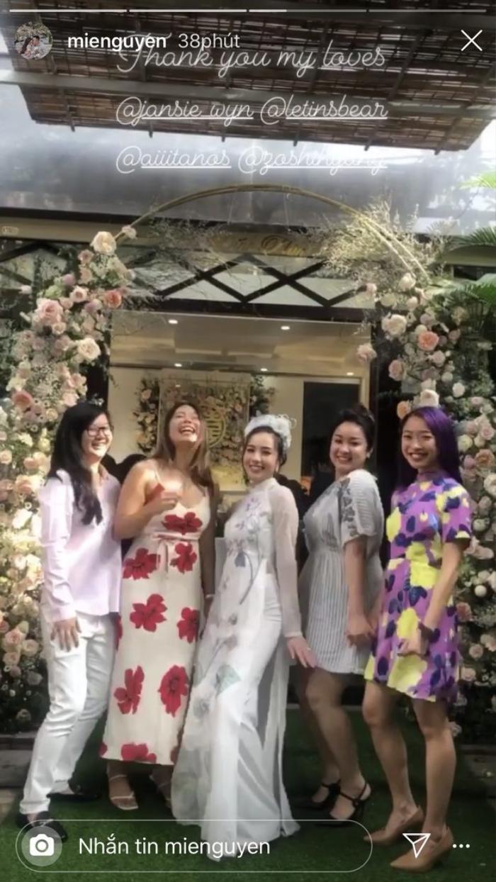 Cô dâu vui vẻ tạo dáng bên bạn bè của mình