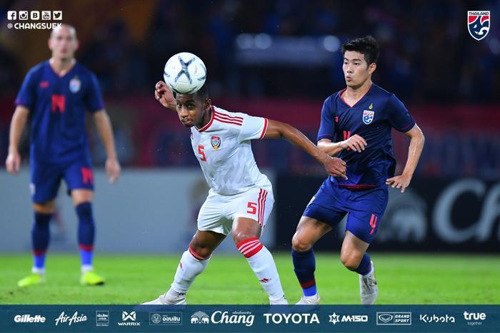 Hàng thủ ĐT UAE chống bóng bổng rất kém.
